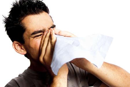 estornudo: foto de hombre soplando su nariz