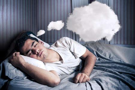 so�ando: Hombre c�modamente dormir en su cama en la noche