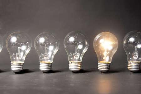 helder idee concept met gloeilamp Stockfoto