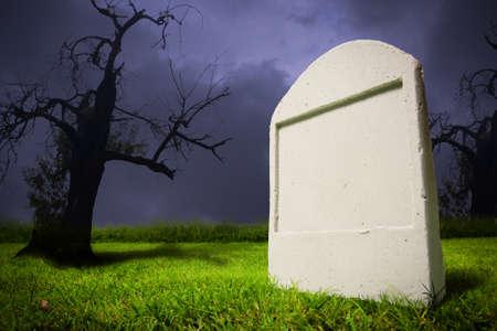Foto van kerkhof op halloween