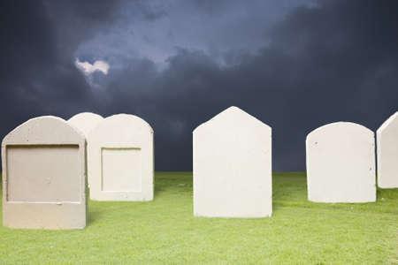 Foto von Friedhof in der dunklen Nacht Standard-Bild - 9567535