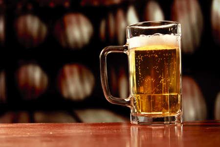 cerveza: la taza de cerveza en el fondo vintage