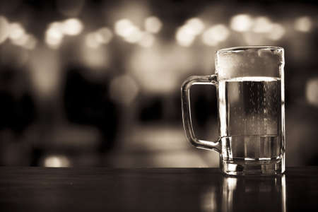 brew beer: la taza de cerveza en un bar