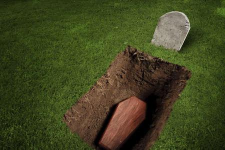 tumbas: foto del ataúd de madera en un cementerio Foto de archivo