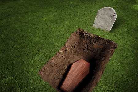 trumna: zdjÄ™cie drewnianej trumnie na cmentarzu