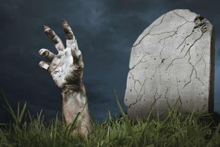 彼の墓から出てくるゾンビの手