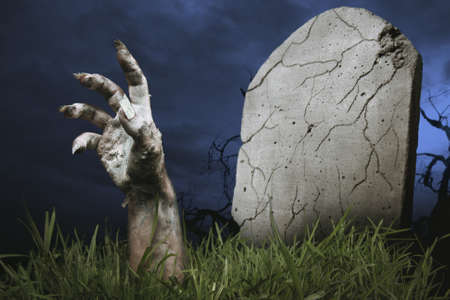 zombie ruce přichází z hrobu Reklamní fotografie