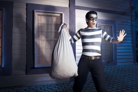 ladron: ladr�n peligroso a punto de entrar en la casa