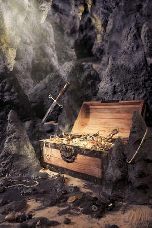 cofre del tesoro: foto de cofre del tesoro abierto de oro brillante en una cueva