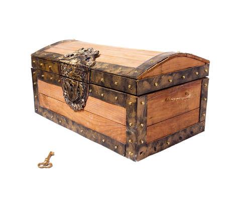 cofre del tesoro: cofre del tesoro pirata, aislado en blanco