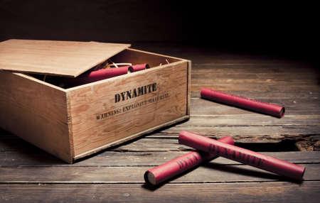 dinamita: foto de cartuchos de dinamita en una caja