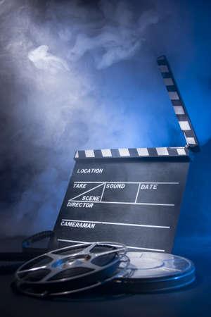filmregisseur: filmmaken begrip scene met klepel en dramatische belichting Stockfoto