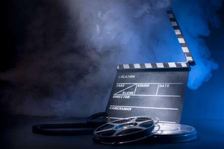 camara de cine: cine escena del concepto de la iluminación clapeta y dramática