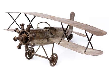 juguetes antiguos: juguete viejo avión de metal aisladas en blanco