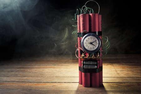 hoog contrast beeld van tijdbom met rook Stockfoto