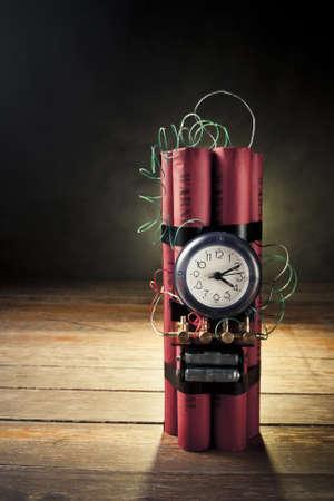 bombe: l'image de contraste élevé de bombe à retardement à la fumée