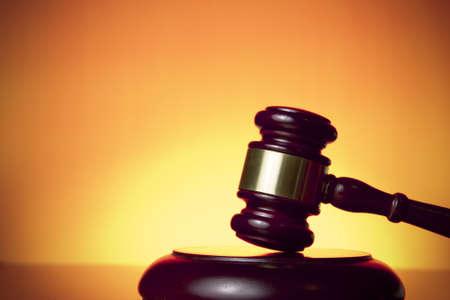 martillo juez: juez de martillo sobre fondo naranja Foto de archivo