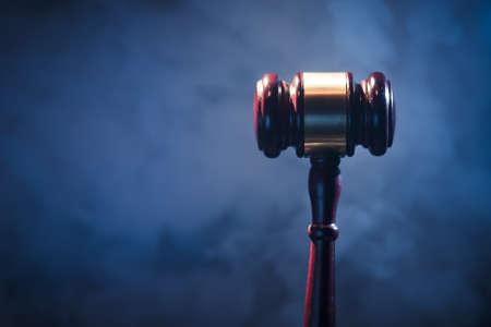 jurado: juez de martillo en fondo azul con el humo y la iluminación espectacular
