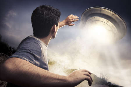 platillo volador: el hombre huyendo de un OVNI Foto de archivo
