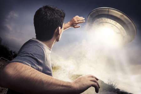 raumschiff: Mann auf der Flucht vor einem UFO