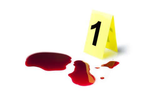 escena del crimen: marcador de la evidencia con salpicaduras de sangre aislado en blanco