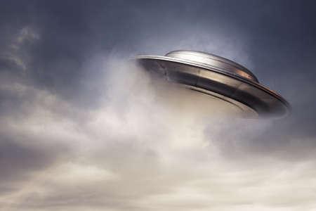 platillo volador: UFO ficar en un cielo oscuro Foto de archivo