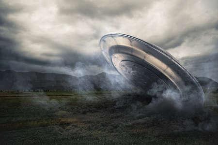 platillo volador: UFO crash en un campo con humo