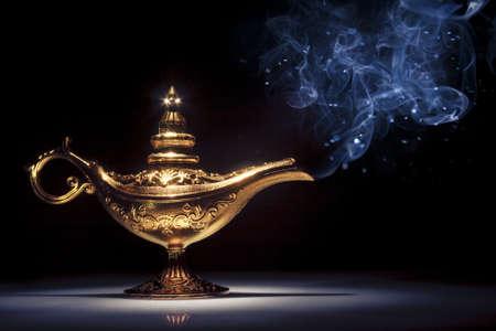 aladdin magische lamp op zwart met rook Stockfoto