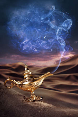 genio de la lampara: Aladdin lámpara mágica sobre un desierto de humo