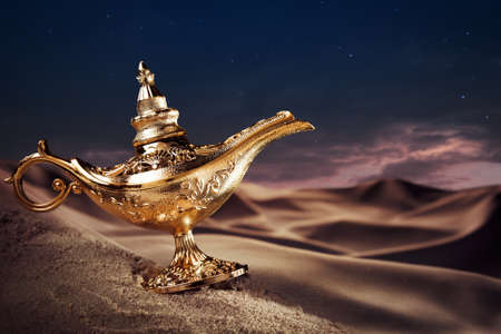 genio de la lampara: Aladdin lámpara mágica sobre un desierto Foto de archivo