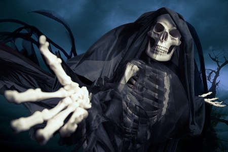 human skeleton: Grim reaper sobre un fondo oscuro