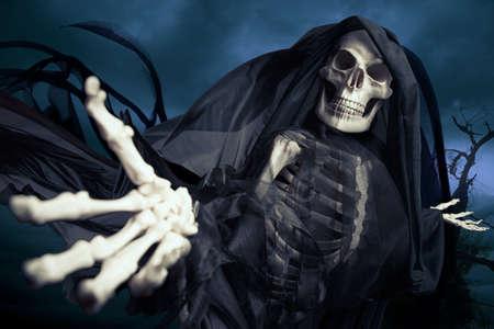 skelett mensch: Sensenmann auf einem dunklen Hintergrund Lizenzfreie Bilder