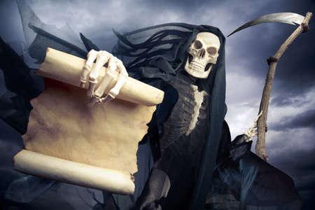 жуткий: Grim Reaper на темном фоне Фото со стока