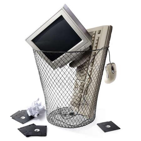 concepto de tecnología obsoleta con un bote de basura Foto de archivo