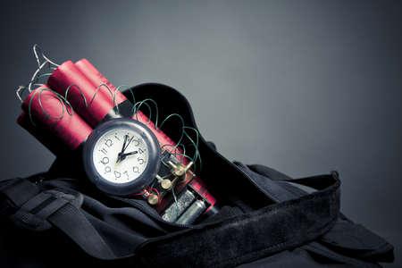 bombe: bombe � retardement dans un sac � dos qui repr�sente une attaque terroriste Banque d'images