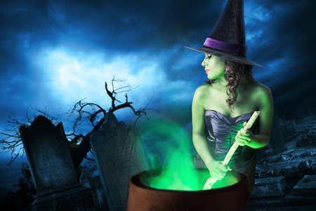 bruja sexy: Bruja atractiva en un fondo oscuro