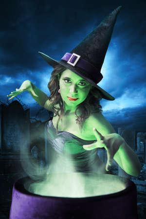 Sexy heks op een donkere achtergrond Stockfoto