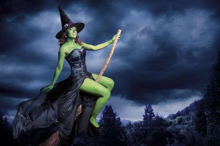 heks: Sexy heks op een donkere achtergrond Stockfoto