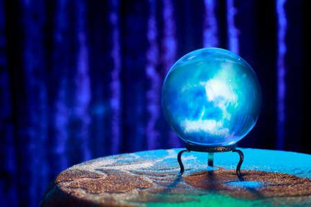 soothsayer: Bola de cristal m�gica sobre una mesa Foto de archivo