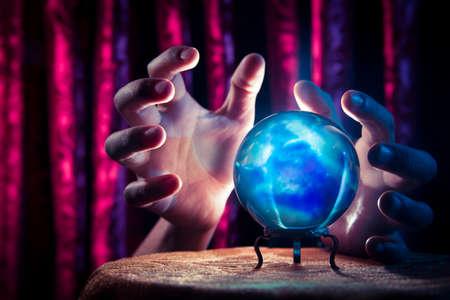 psychic: Bola de cristal mágica sobre una mesa Foto de archivo