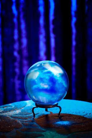 adivino: Bola de cristal mágica sobre una mesa Foto de archivo