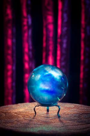 Magie křišťálové koule na stole