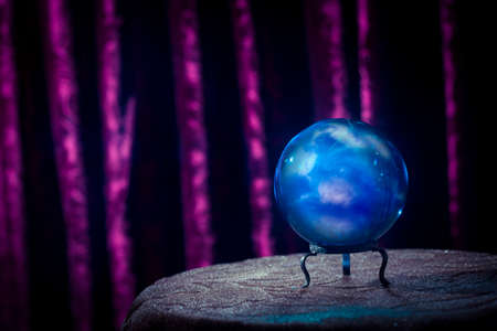 adivino: Bola de cristal m�gica sobre una mesa Foto de archivo