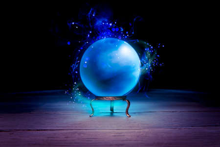 テーブルの上の魔法のクリスタル ボール