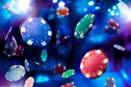 Virutas de póker que caen con una iluminación espectacular