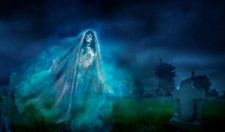 Gruseliges Halloween Hintergrund der Geist in der Nacht Standard-Bild - 28046692