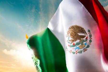 bandera mexicana: Bandera mexicana con una iluminaci�n espectacular, d�a de la Independencia, cinco de mayo la celebraci�n Foto de archivo