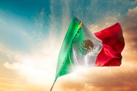Drapeau mexicain avec un éclairage dramatique, jour de l'indépendance, cinco de mayo célébration Banque d'images - 28046764