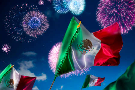 bandera de mexico: Banderas mexicanas con una iluminaci�n espectacular, d�a de la Independencia, cinco de mayo la celebraci�n Foto de archivo