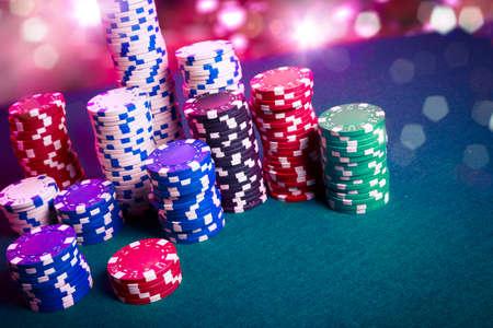 fichas casino: Fichas de póquer en una mesa de juego